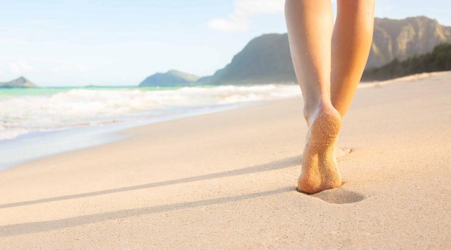 Beach walking: perché fa bene camminare in spiaggia